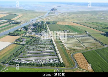 GROßER Parkplatz Infrastruktur für THE MONT SAINT-MICHEL Besucher (Luftbild). Manche, Normandie, Frankreich. - Stockfoto