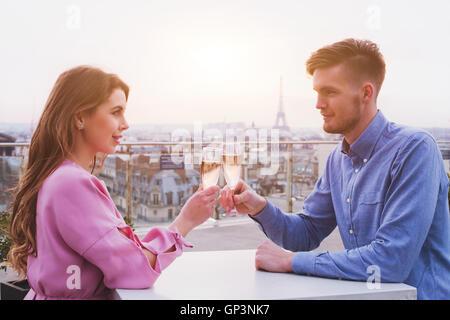 romantisches Abendessen für paar im luxuriösen Restaurant in Paris mit Panoramablick auf die Stadt und Eiffelturm - Stockfoto