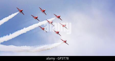 Royal Air Force Aerobatic Team (rote Pfeile) flying Display über dem Hafen von Falmouth in Cornwall im August 2016. - Stockfoto