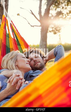 Paar zusammen in der Hängematte entspannen - Stockfoto
