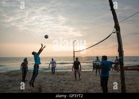 Kinder spielen Volleyball am Strand von Varkala, Kerala, Indien
