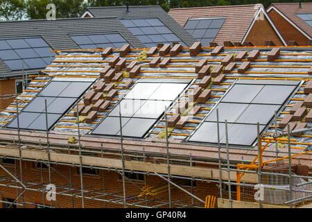 Redrow neue bauen Häuser im Bau, kleine Energieeffiziente Häuser mit Dachziegel integrierte Solar Panels, oder In - Stockfoto