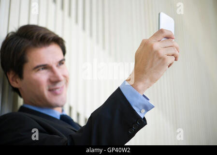 Mann mit Smartphone, ein Selbstporträt zu nehmen - Stockfoto