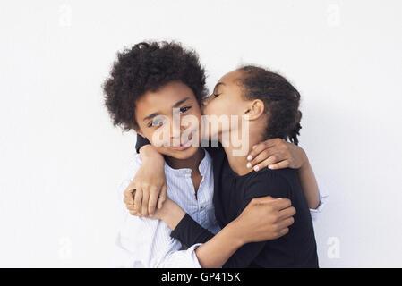 Bruder und Schwester umarmt - Stockfoto