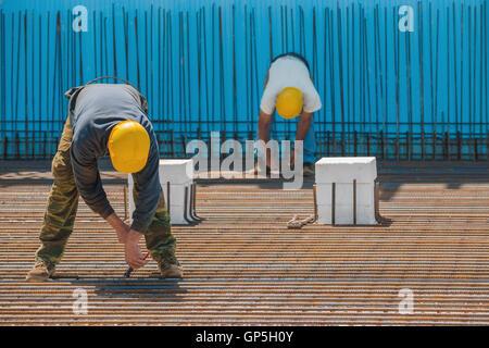Bauarbeiter, die Installation von Bindedraht, Stabstahl - Stockfoto