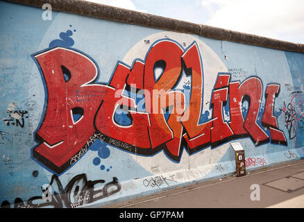 East Side Gallery Graffiti-Kunst, Gemälde auf dem verbleibenden Teil der Berliner Mauer - Stockfoto