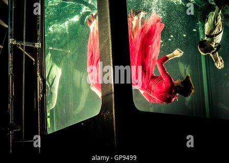 """London, UK, 2. September 2016, Szene aus """"Holoscenes"""" vom frühen Morgen Oper Unterwasser Performance-Installation - Stockfoto"""