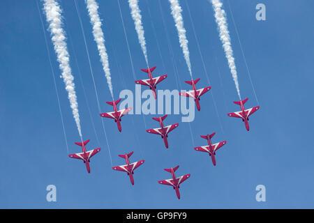 Royal Air Force (RAF) Red Arrows aerobatic anzeigen Team British Aerospace Hawk Jet Trainingsflugzeug zu fliegen. - Stockfoto