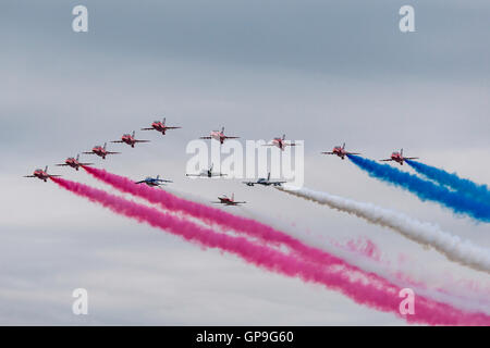 Royal Air Force (RAF) Red Arrows aerobatic anzeigen Team British Aerospace Hawk Jet Trainingsflugzeug zu fliegen. - Stockfoto
