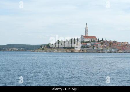 Stadt Rovinj-Rovigno in Istrien, Kroatien aus dem Meer - Stockfoto