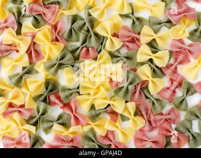 Bunte Farfalle Pasta auf weißem Hintergrund Stockfoto
