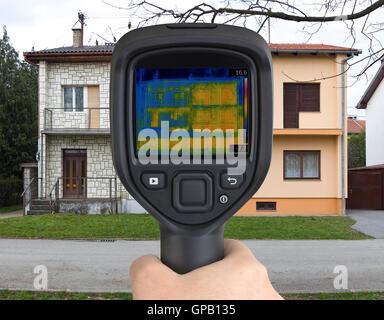 Wärmebild eines halb freistehende Häuser mit Infrarot-Kamera - Stockfoto