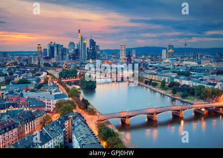 Frankfurt Am Main. Bild der Skyline von Frankfurt Am Main während der blauen Dämmerstunde. - Stockfoto