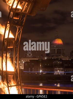 """London, UK, 2. September 2016, Blick auf die Projektion von """"Fires of London"""" des Künstlers Martin Firrell feiert - Stockfoto"""