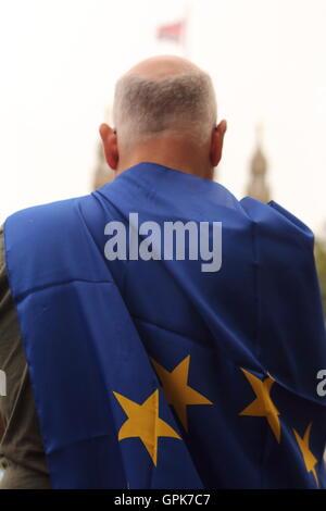 London, UK 3. September 2016 gekleidet Demonstrant mit Union Jack über seinen Kopf Protesting am September 2016 - Stockfoto