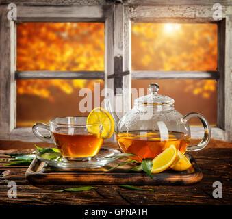 Herbstliche Stillleben Mit Teetasse Auf Holzplanken Vor Holzfenster