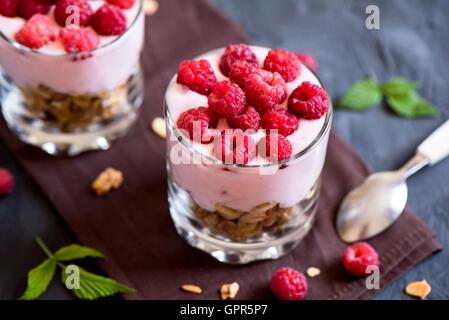 Hausgemachte Bio frische Parfait Dessert mit Himbeeren und Müsli, selektiven Fokus - Stockfoto
