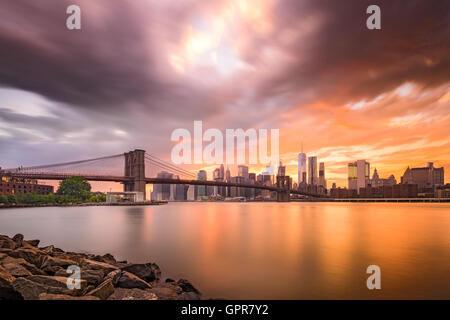 Skyline von New York City in der Abenddämmerung. - Stockfoto