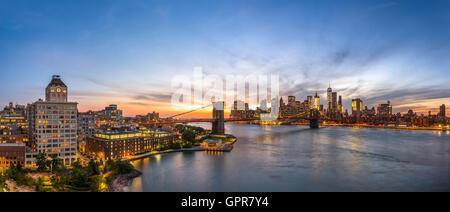 Skyline von New York City über den East River. - Stockfoto