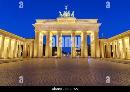 Das Brandenburger Tor in Berlin bei Nacht - Stockfoto