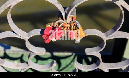 Liebesschlösser auf der Eiserner Steg, The Iron Bridge, Frankfurt am Main, Deutschland - Stockfoto