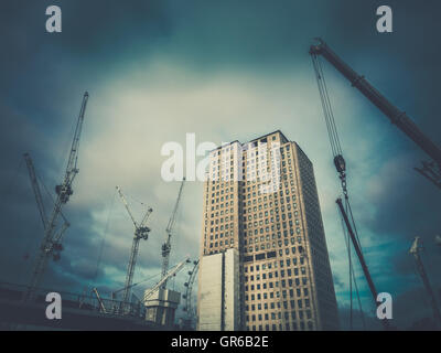 London, England - August 2016: Shell Unternehmen Zentrum neben Bahnhof Waterloo in London, Großbritannien - Stockfoto