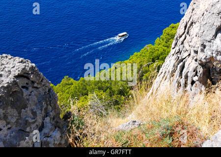 Kleine Tourenboot zu segeln, in der Nähe von Makarska, Dalmatien, Kroatien - Stockfoto