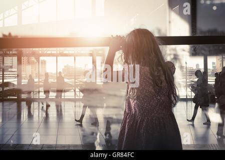 Das haus zu verlassen ein traurig aussehende einsame junge 13 14 15 jahre alten m dchens mit - Braunen durch fenster ...