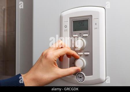 Männer hand Komfort Temperaturtaste am Bedienfeld der Zentralheizung ...