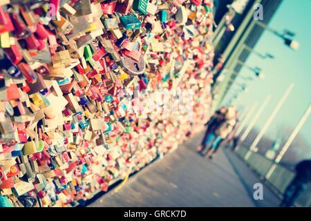 Liebesschlösser auf der Hohenzollernbrücke In Köln - Stockfoto
