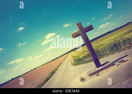 Steinkreuz an Kreuzung auf dem Lande