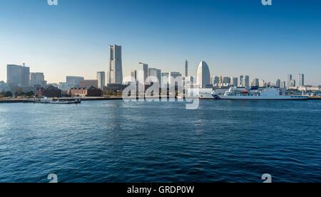Yokohama Minato Mirai 21 Bereich in Yokohama, Kanagawa, Japan vom Osanbashi Pier angesehen. - Stockfoto