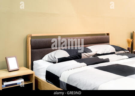 Schach-Bett mit Kissen und Regal in modernen Schlafzimmer. Schlafzimmer Innenraum - Stockfoto