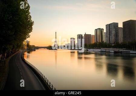 Skyline von Paris mit Eiffelturm und Seineufer in Paris, France.Beautiful Sonnenaufgang in Paris, Frankreich. - Stockfoto