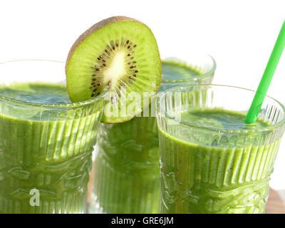 Grüne Smoothies von Spinat, Banane, Kiwi, Apfel - Stockfoto