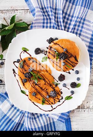 Leckere Pfannkuchen mit Brombeeren und Schokolade. Ansicht von oben - Stockfoto