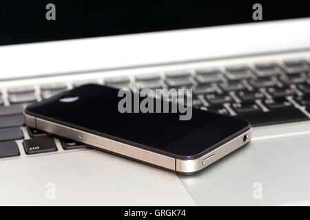 Laptop mit Smartphone-Nahaufnahme - Stockfoto