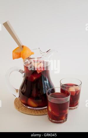 Traditionelle Sommer trinken Sangria - rot, rosa und weiß. Mit ...