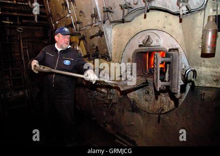 Heizer Schaufeln Kohle in den Kessel, Dampf-Eisbrecher-´Stettin´ auf ...