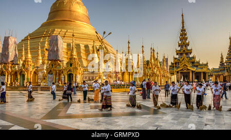 Bedienerinnen arbeiten bei der Shwedagon-Pagode. - Stockfoto
