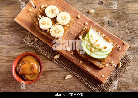 Erdnussbutter-Sandwiches mit Apfel und Banane zum Frühstück - Stockfoto