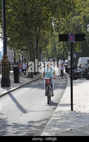 Radfahrer am Londoner neue, vollständig getrennten Ost-West Radfahren Super-Highway, Victoria Embankment. Reiten - Stockfoto