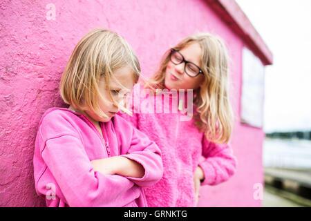 zwei Mädchen, die eine TIFF-Datei - Stockfoto