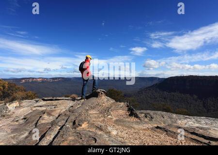 Genießen Sie den Blick von Flat Rock Wentworth Falls Buschwanderer - Stockfoto