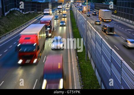Sechs Kontrolliertzugang Schnellstraße in Polen bei Nacht. - Stockfoto