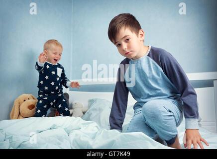 Kinder springen auf dem Bett - Stockfoto