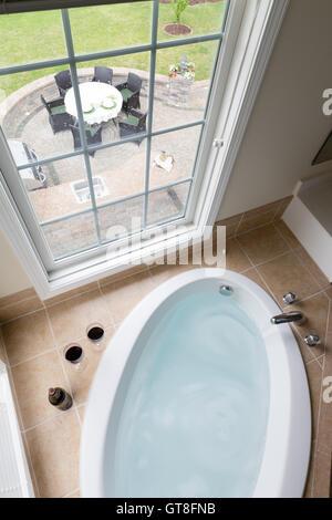 Luxus badezimmer mit versenkte badewanne in ein ferienhaus - Braunen durch fenster ...