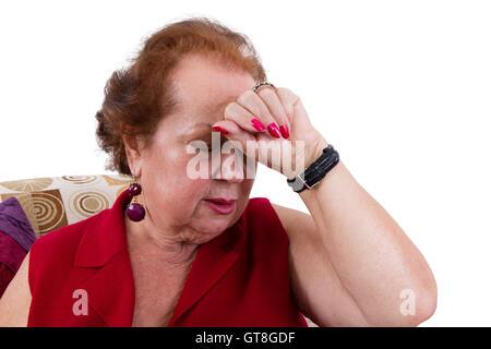 Ältere Dame einen schlechten Tag hielt ihre Hand auf ihre Stirn, als sie die Augen gegen den Schmerz schließt Kopfschmerzen - Stockfoto