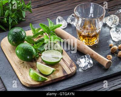 Mojito cocktail Zutaten auf dem Holztisch. - Stockfoto