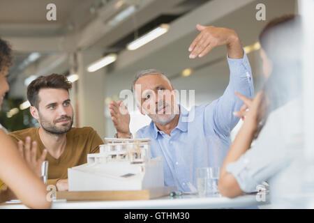 Modell in Sitzung diskutieren Architekten - Stockfoto
